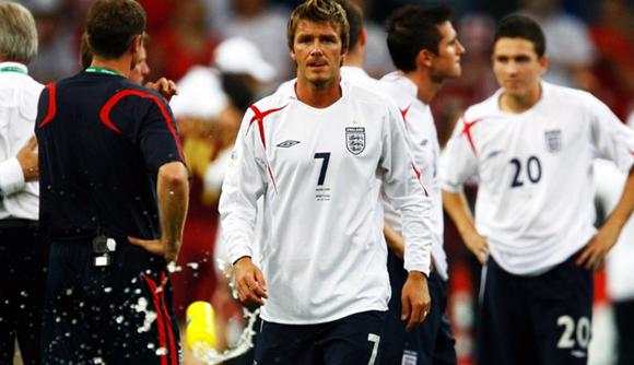 前任茵宝与现任耐克的新仇旧怨 对 于英格兰国家队来说,茵宝作为球衣赞助的前任,耐克作为球衣赞助的现任,随着英格兰国家队在最近大赛中的不佳表现,英格兰国家队球衣赞助商的恩怨也备受关 注。英格兰国家队在2013年结束了与茵宝长达60年的合作,在那一年耐克成为英格兰队国家队新赞助商,双方签约至2018年7月,每年的赞助费高达 2000万英镑。  本 届欧洲杯英格兰输给冰岛无缘八强后,茵宝在推特上则直指英格兰新任赞助商耐克,当年穿我们球衣时,英格兰成绩很好的。虽然茵宝赞助英格兰时,成绩算不 上好,但是英